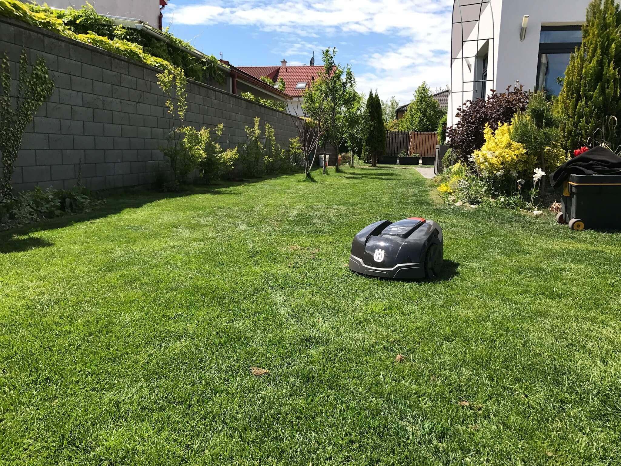 Keď si majitelia užívajú leto ja s radosťou pokosím záhradu úplne sám.
